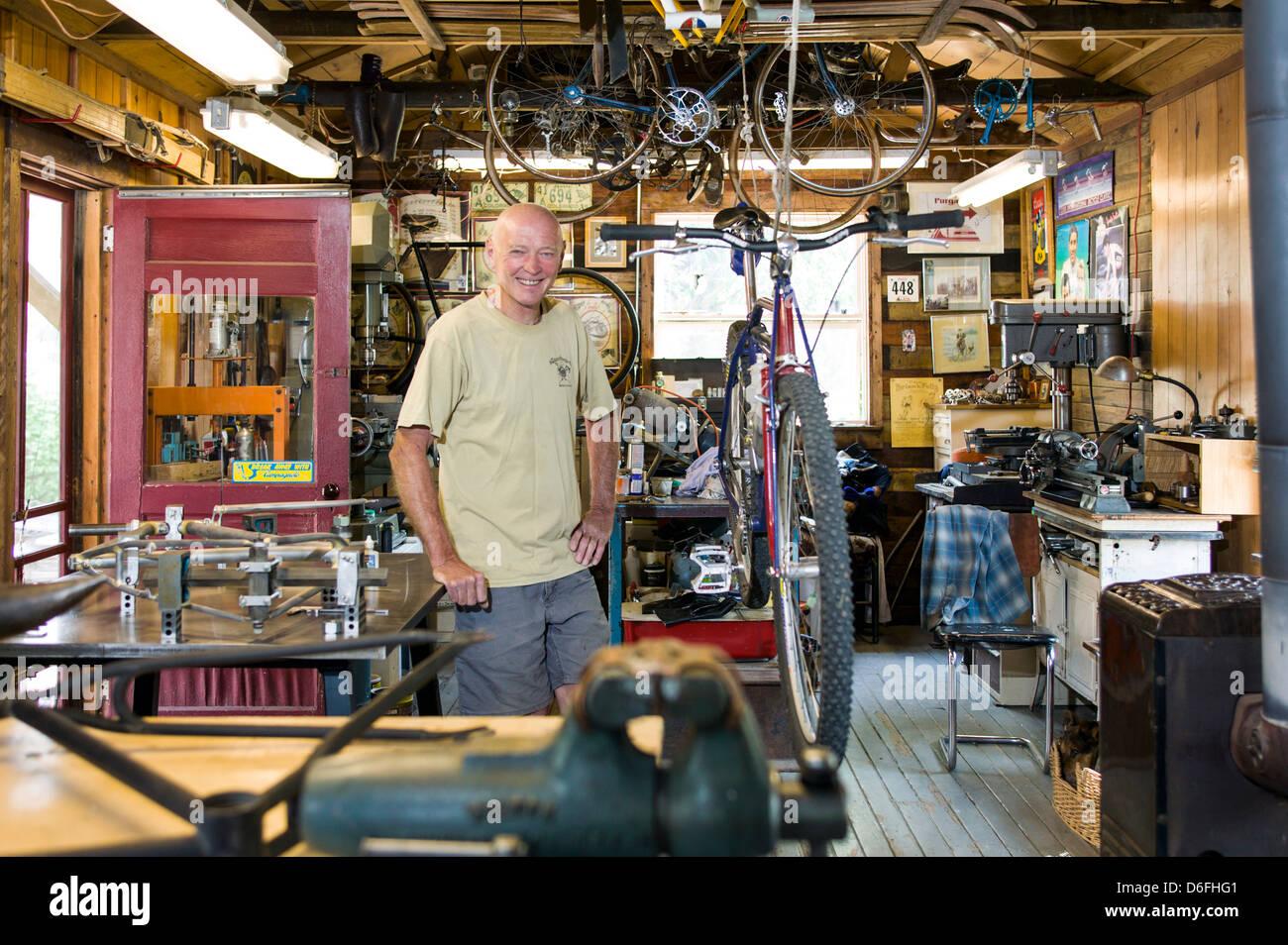Benutzerdefinierte Fahrrad Rahmen Handwerker Don MacClung fotografiert in seiner Werkstatt auf dem Arkansas River Stockbild