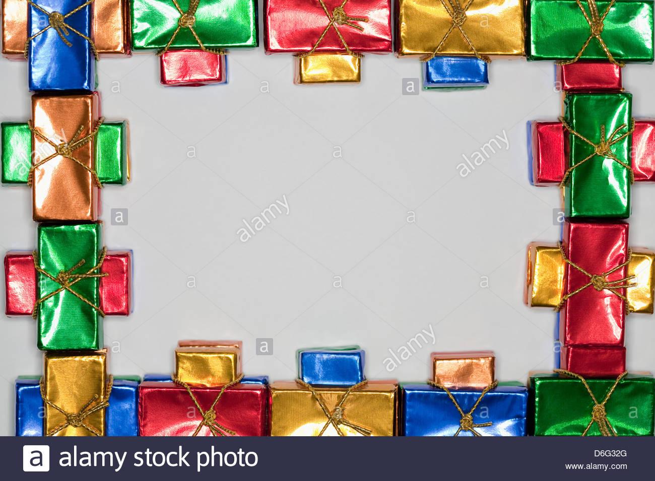 Kleine Tafeln Schokolade in farbigem Papier Stockfoto