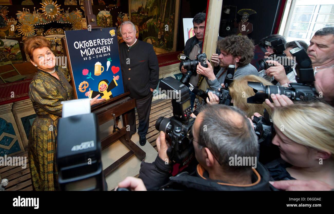 Münchens Leiter Tourismus, Gabriele Weishaeupl (L) und Vorsitzender der Jury des Oktoberfest-Plakatwettbewerb, Stockbild