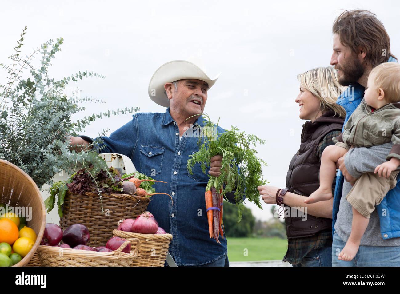Familie am Bauernmarkt einkaufen Stockbild