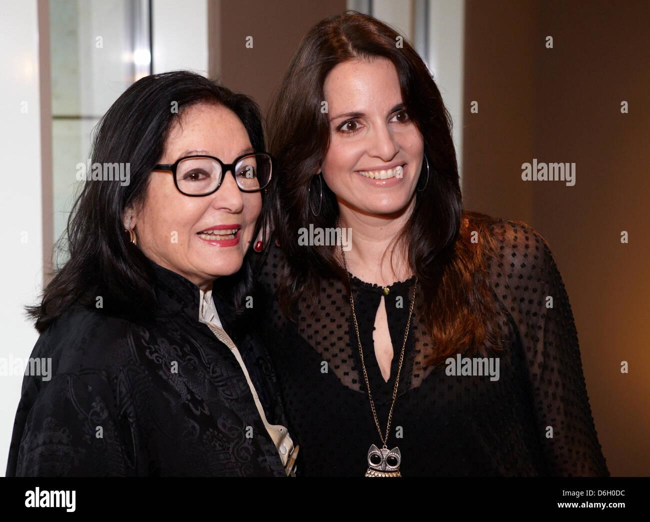 Griechischen Sängerin Nana Mouskouri (L) und ihre Tochter Helen ...
