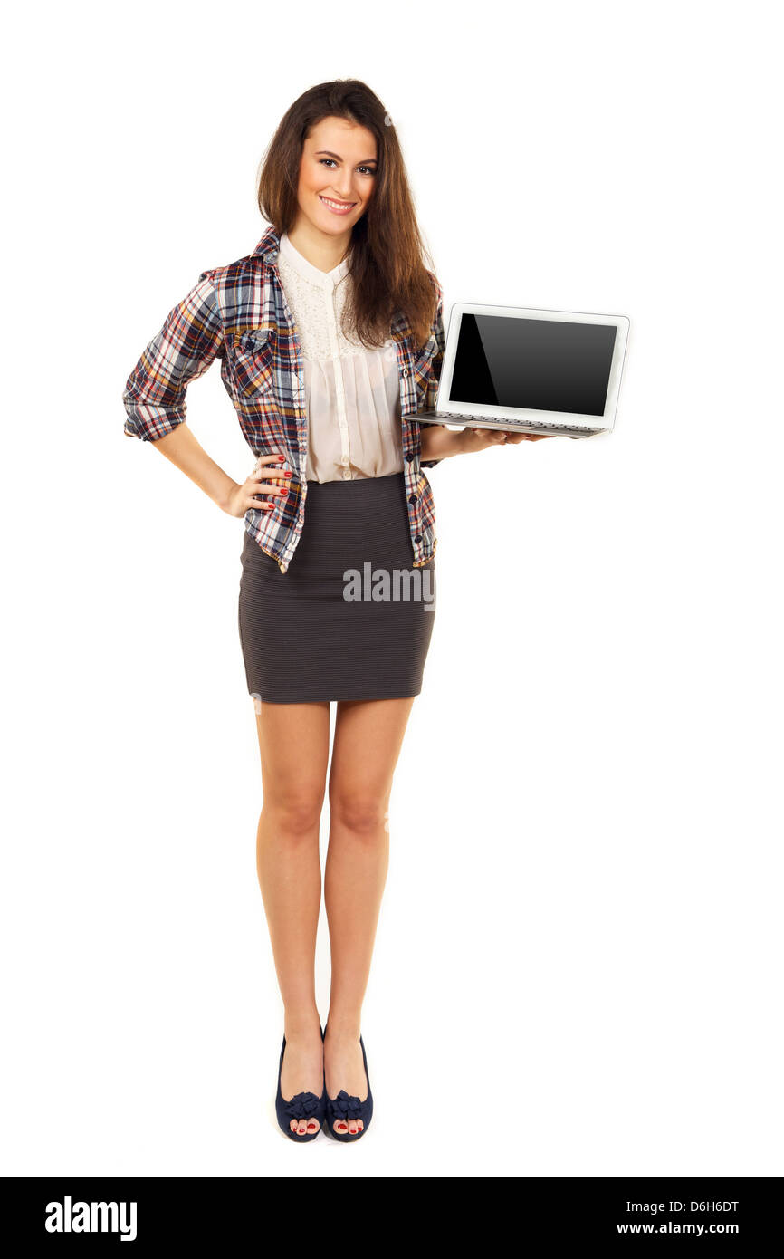 Junge und hübsche Frau hält einen Laptop und zeigt seine leeren Bildschirm Stockbild