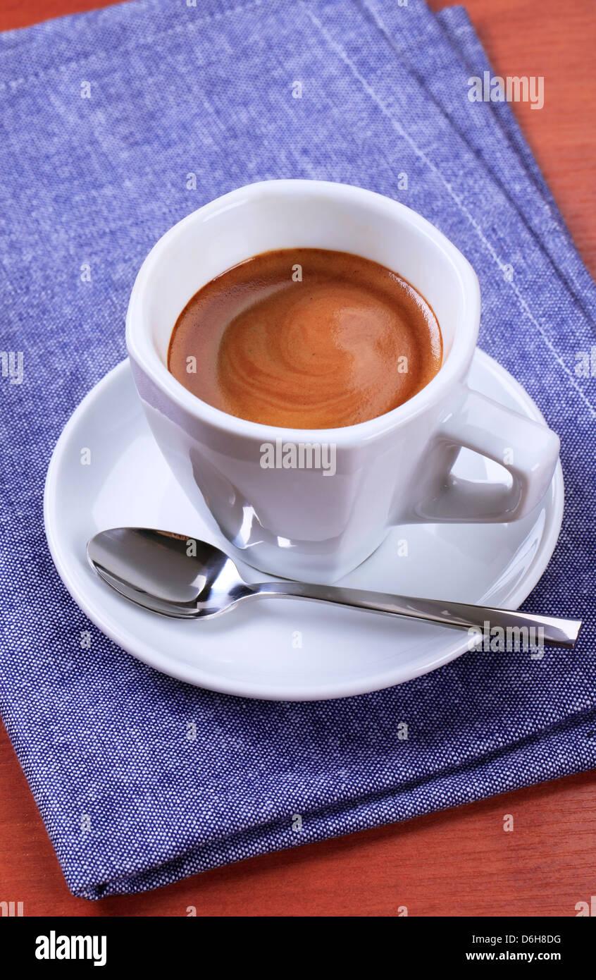 Tasse Espresso mit goldenen braunen Schaum Stockbild