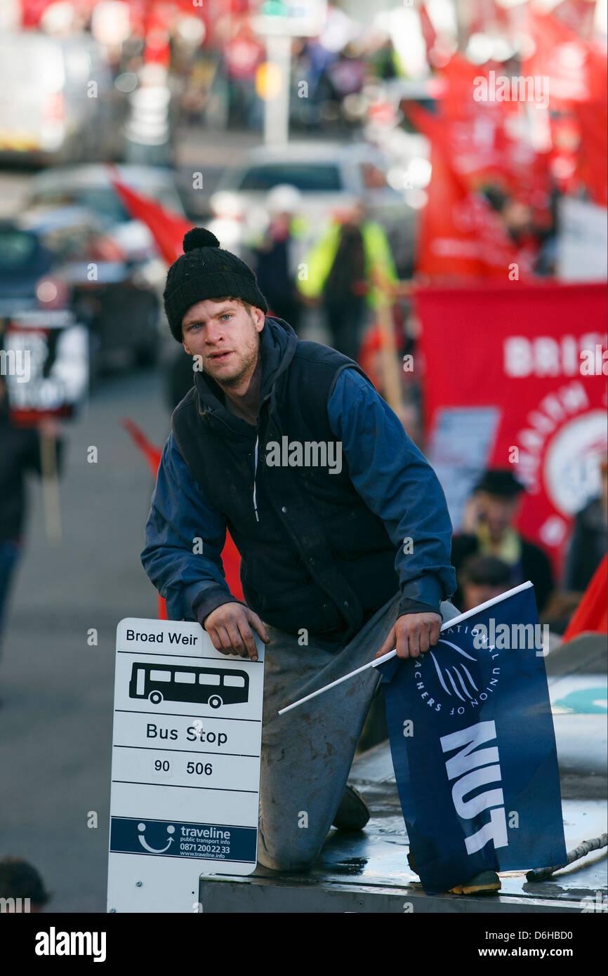 N30 Tag der Aktion Public Sector Streik und Rallye in Bristol.A männlicher Demonstrant zeigt Klettern oben Stockbild