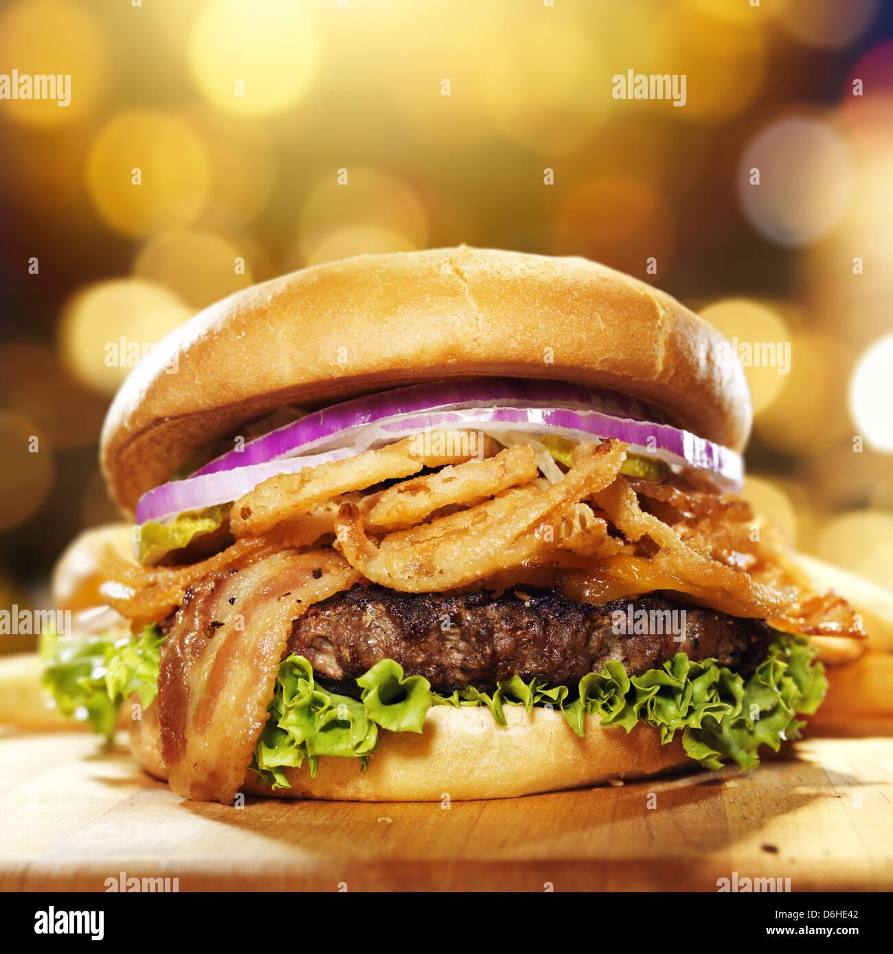 Gourmet-Speck Hamburger mit goldenem Hintergrund Stockbild