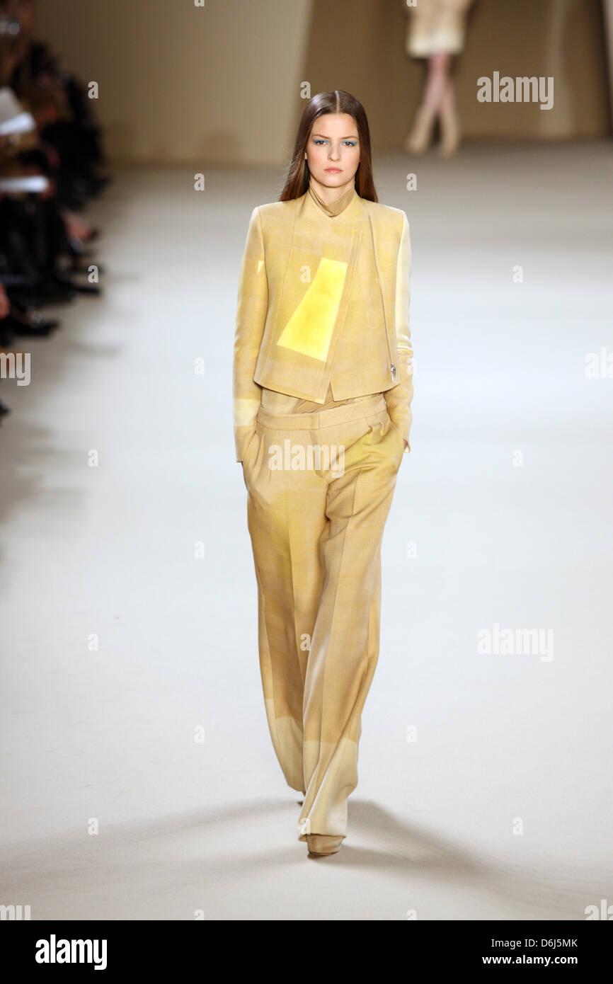 Ein Model trägt eine Kreation vom Schweizer Designer Albert Kriemler ...