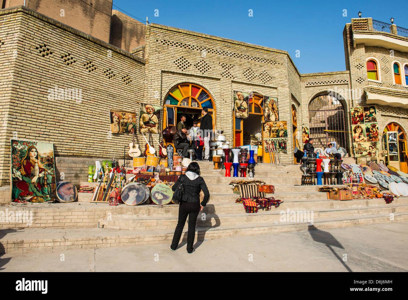 Kurdische Souvenirs zum Verkauf unterhalb der Zitadelle von Erbil (Hawler), Hauptstadt von Kurdistan-Irak, Irak, Stockbild
