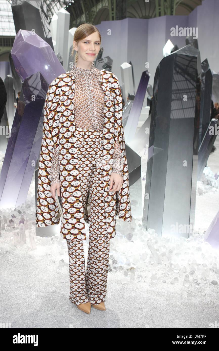 Chanel Ready Wear Paris Model Stockfotos & Chanel Ready Wear Paris ...