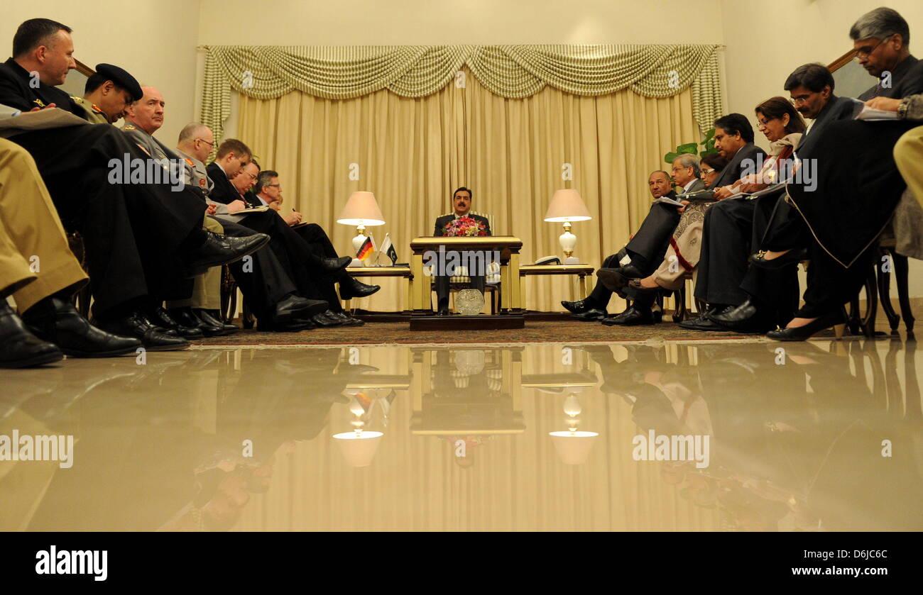 Der Premierminister von Pakistan, Yousuf Raza Gilani (M.), Sitzt bin Quantenelektrodynamik (13.03.12) Im Palast Stockbild