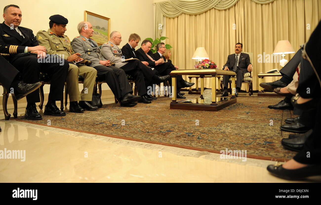 Der Premierminister von Pakistan, Yousuf Raza Gilani (r.), Sitzt bin Quantenelektrodynamik (13.03.12) Im Palast Stockbild