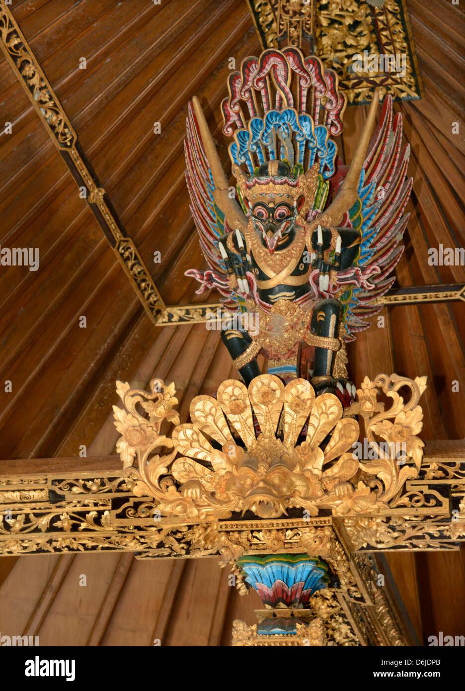 Garuda Bild über dem Bett Balken einer wohlhabenden balinesischen Haushalt, Bali, Indonesien, Südostasien, Stockbild