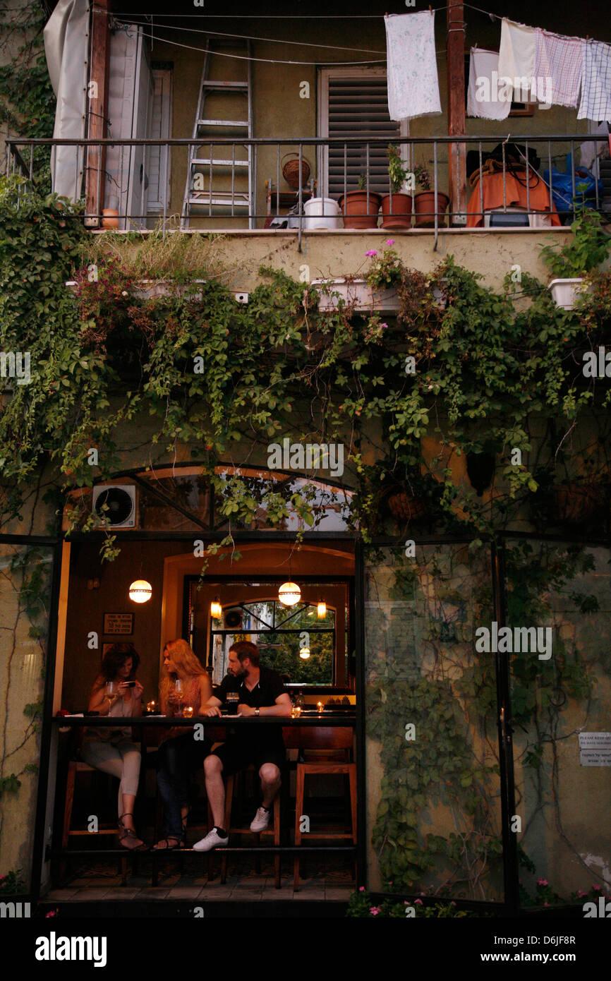 Menschen sitzen in einer Bar in der trendigen Neve Tzedek Nachbarschaft, Tel Aviv, Israel, Nahost Stockbild