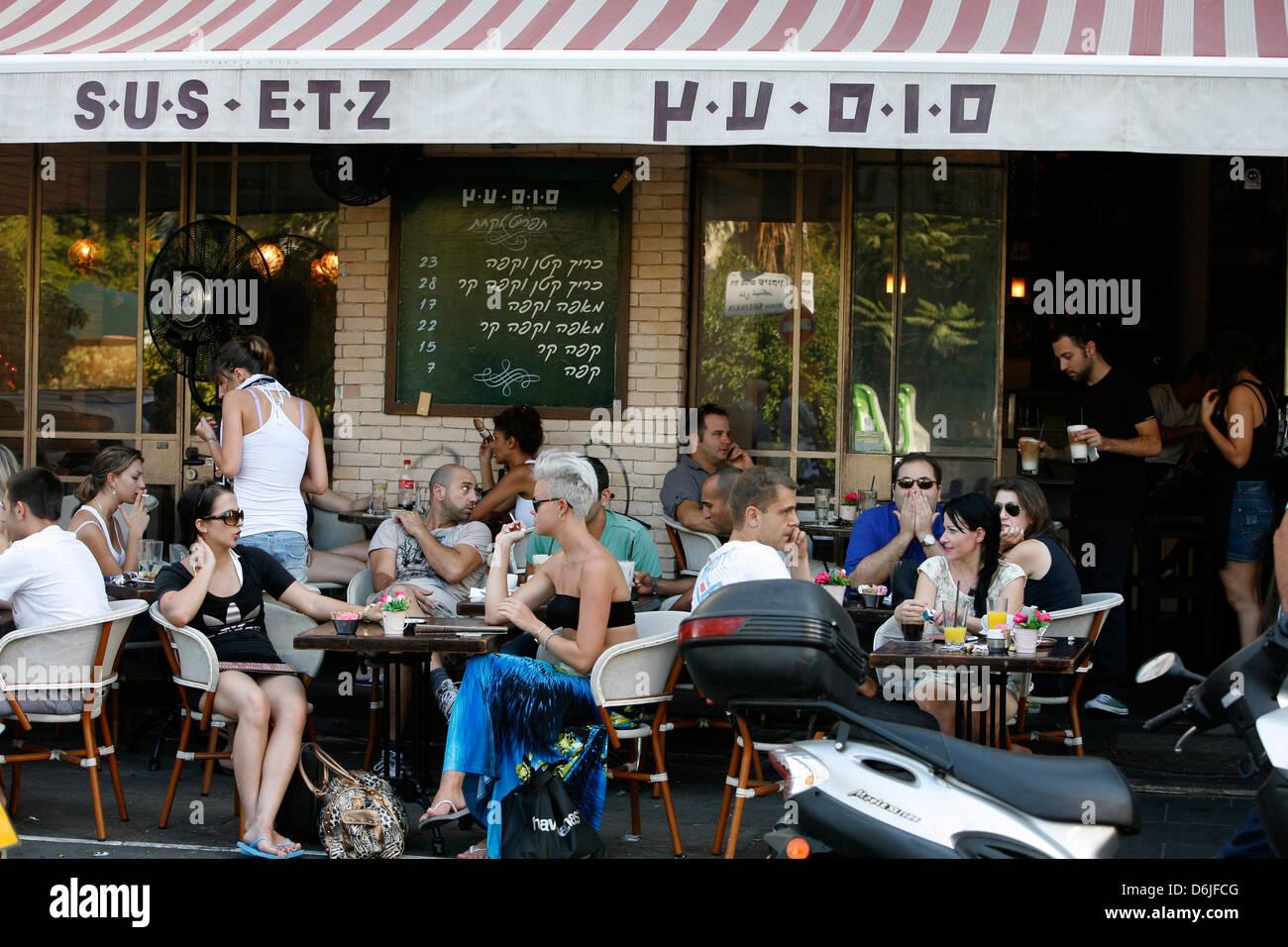 Junge Leute sitzen im Sus Etz Cafe in der trendigen Sheinkin Street, Tel Aviv, Israel, Nahost Stockbild