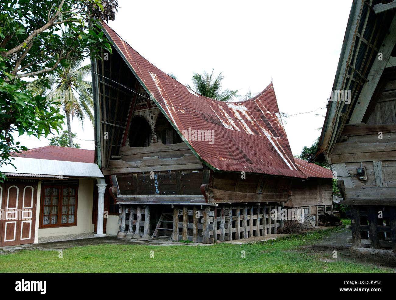 Toba-Batak Stammes ländlichen Dorfhäuser mit zeitgenössischen Erweiterungen auf Samosir Island im Stockbild