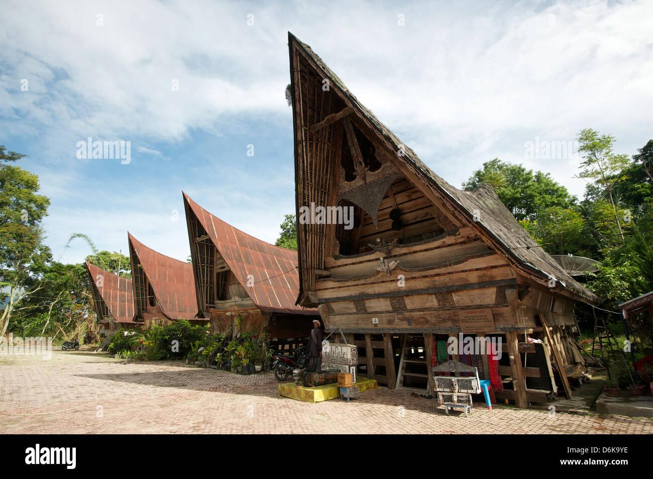 Batak Toba Dorfhäuser mit Hochdach beendet und Stammes-Schnitzereien, Tomuk, Samosir Island, Sumatra, Indonesien, Stockbild