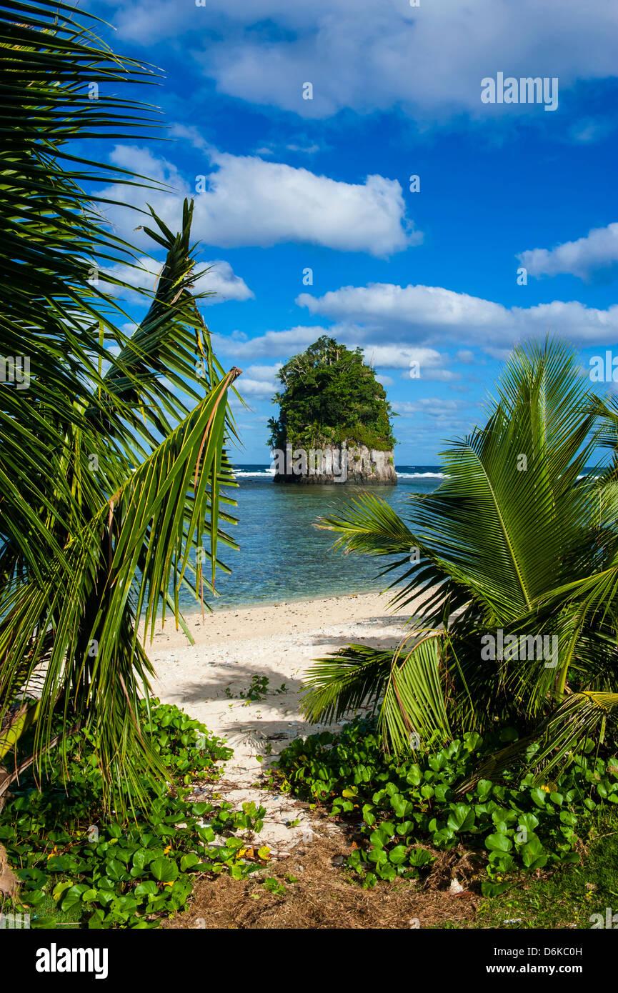 Einzelnen Felsen bei Coconut Point auf Tutuila Insel, Amerikanisch-Samoa, Südsee, Pazifik Stockbild