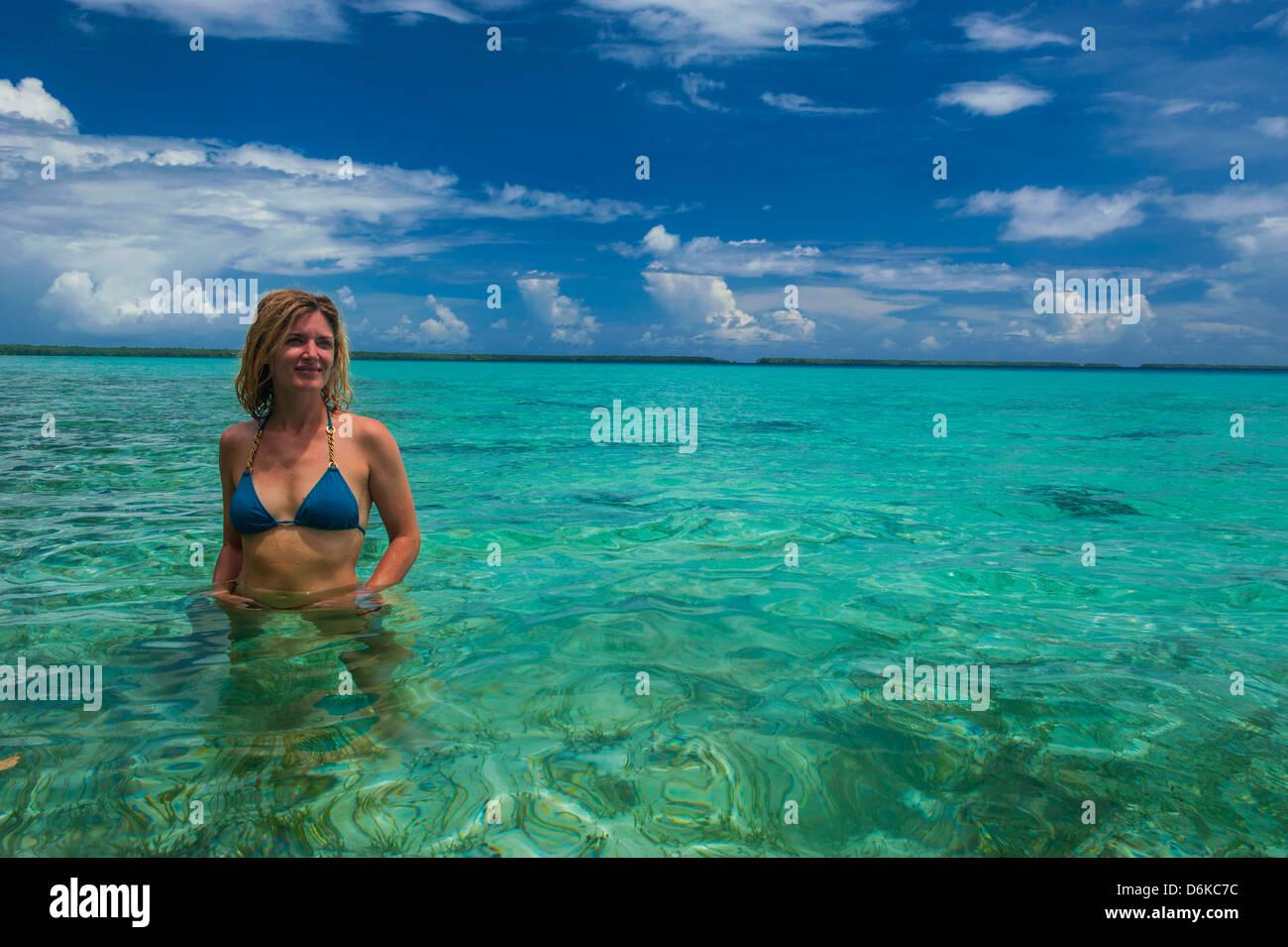 Tourist in den unglaublichen blauen Gewässern des Ant-Atoll, Pohnpei, Mikronesien, Pazifik Stockbild