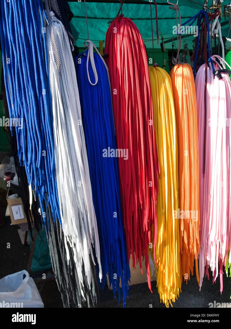 d1cbeb595ec557 Flohmarkt - farbige Schnürsenkel für Schuhe Stockfoto