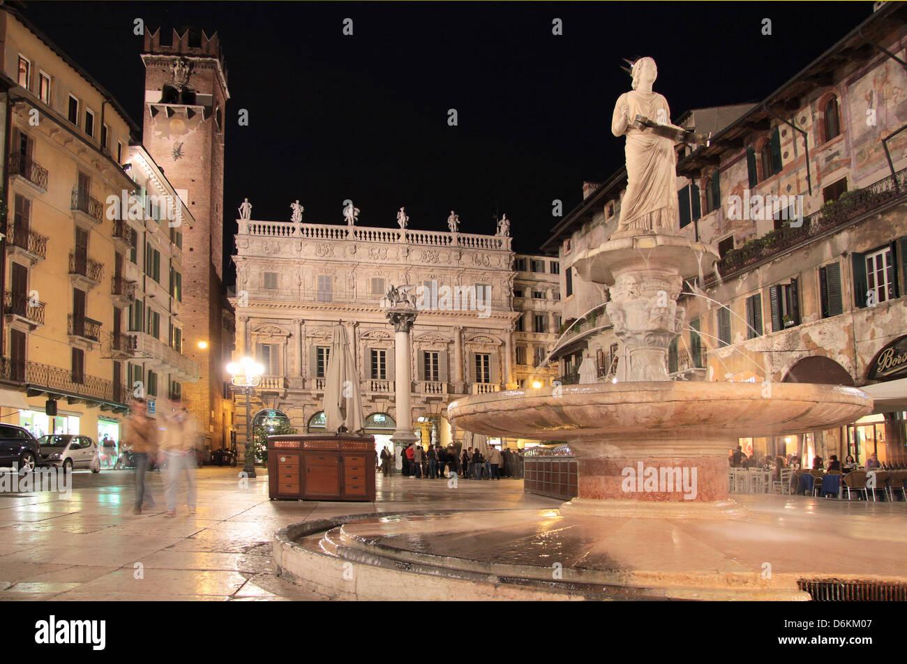 Piazza Delle Erbe in Verona bei Nacht, Veneto, Italien Stockbild