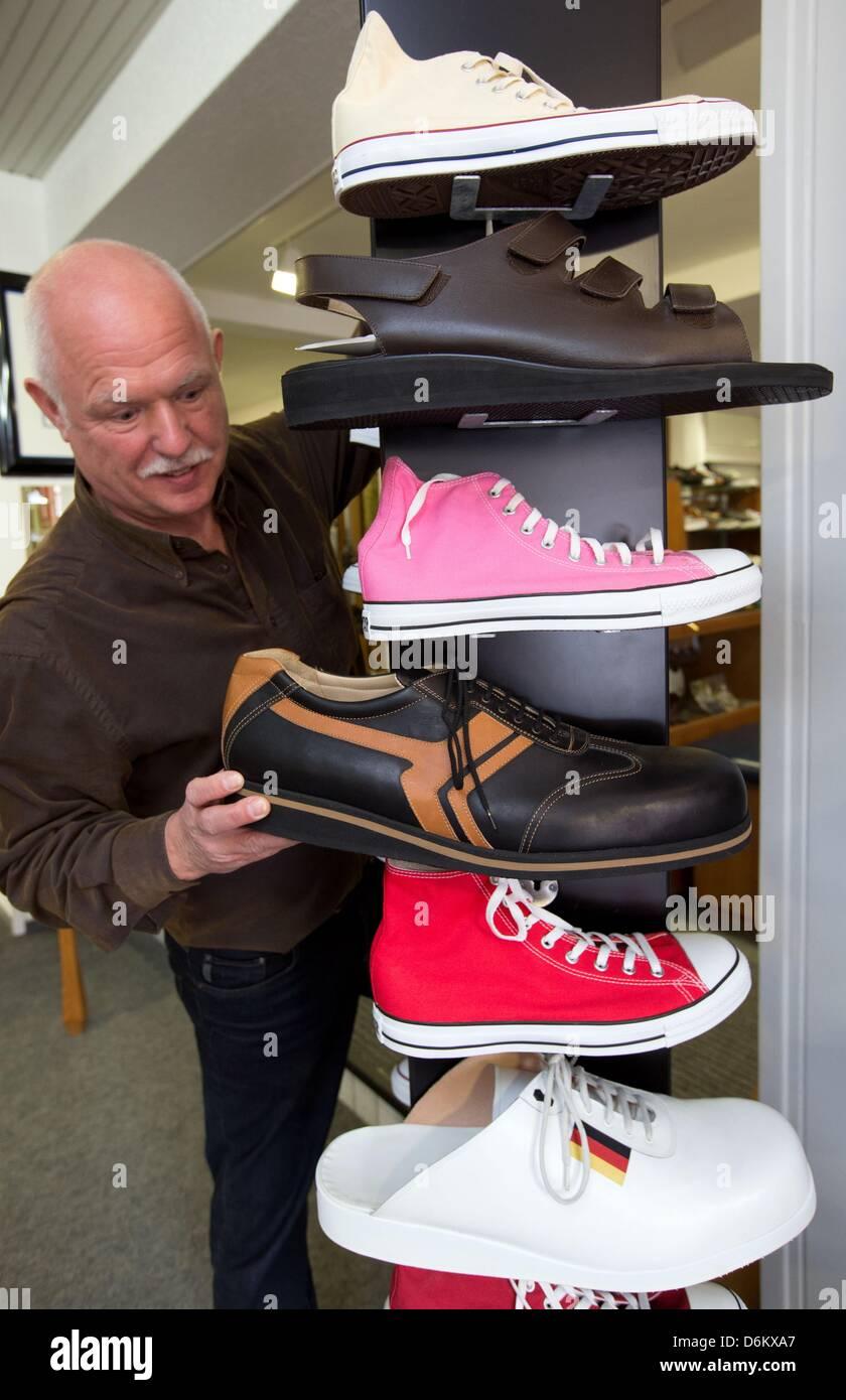 new style 33bea 5257b Schuster Georg Wessels stellt übergroße Schuhe auf einem ...