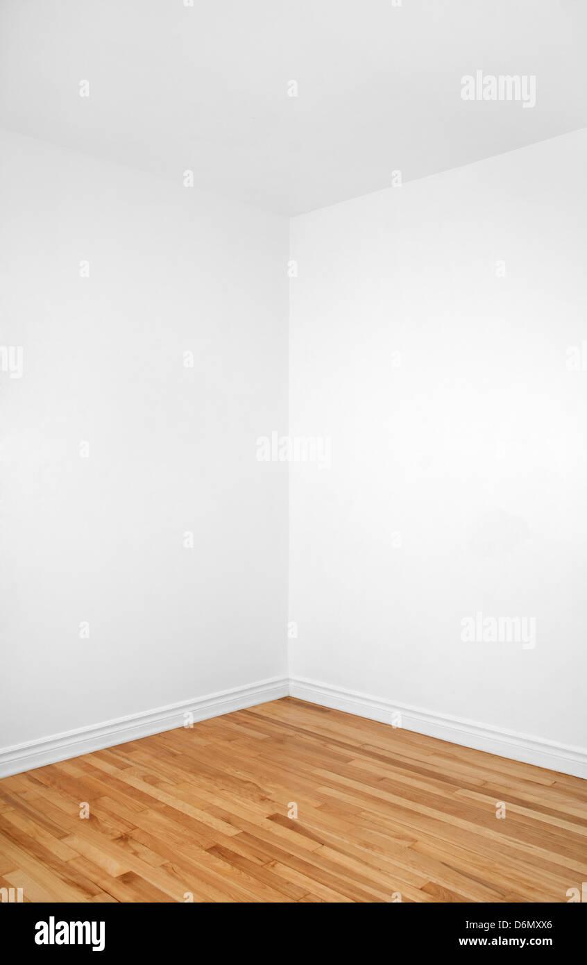 Leere Ecke Ein Renoviertes Zimmer Mit Weißen Wänden Und Holzboden. Stockbild