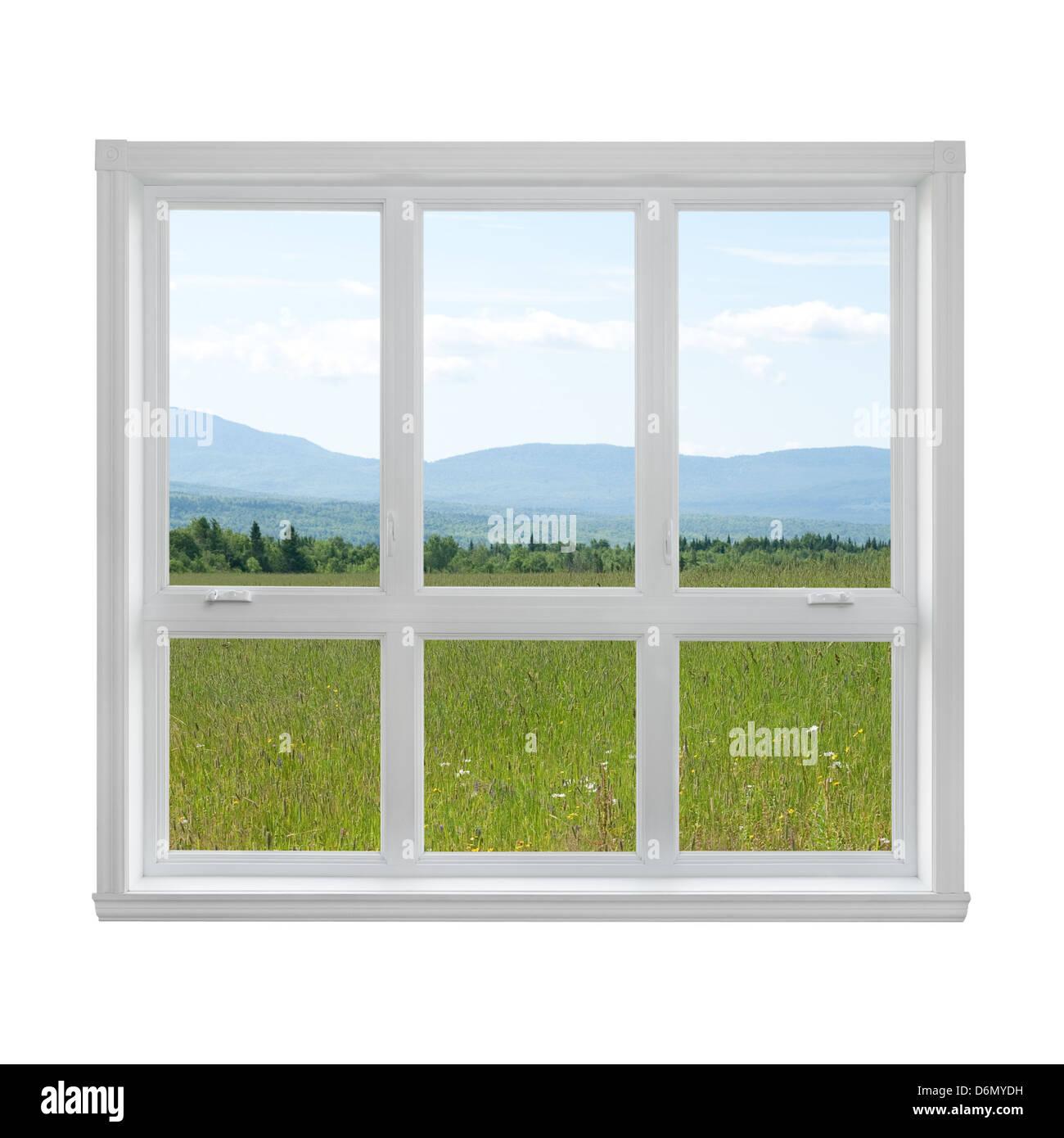 Sommerwiese und Berge durch das Fenster gesehen. Stockbild