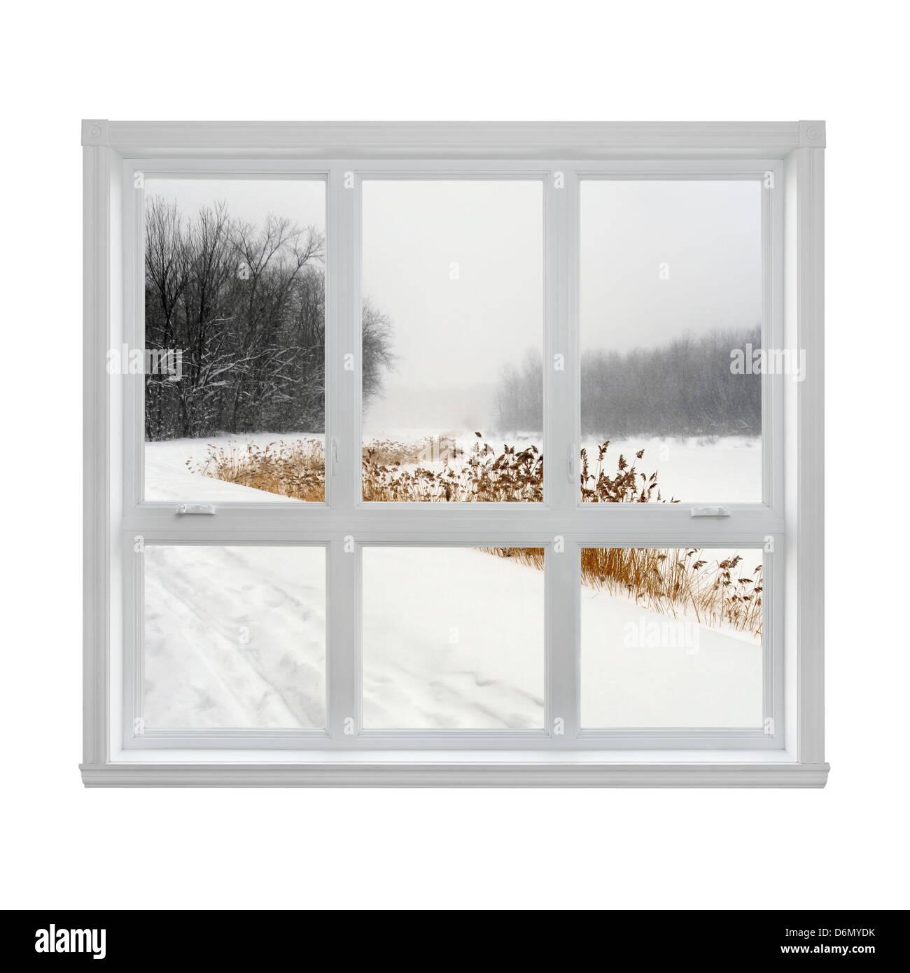 Verschneite Winterlandschaft, die durch das Fenster gesehen. Stockbild