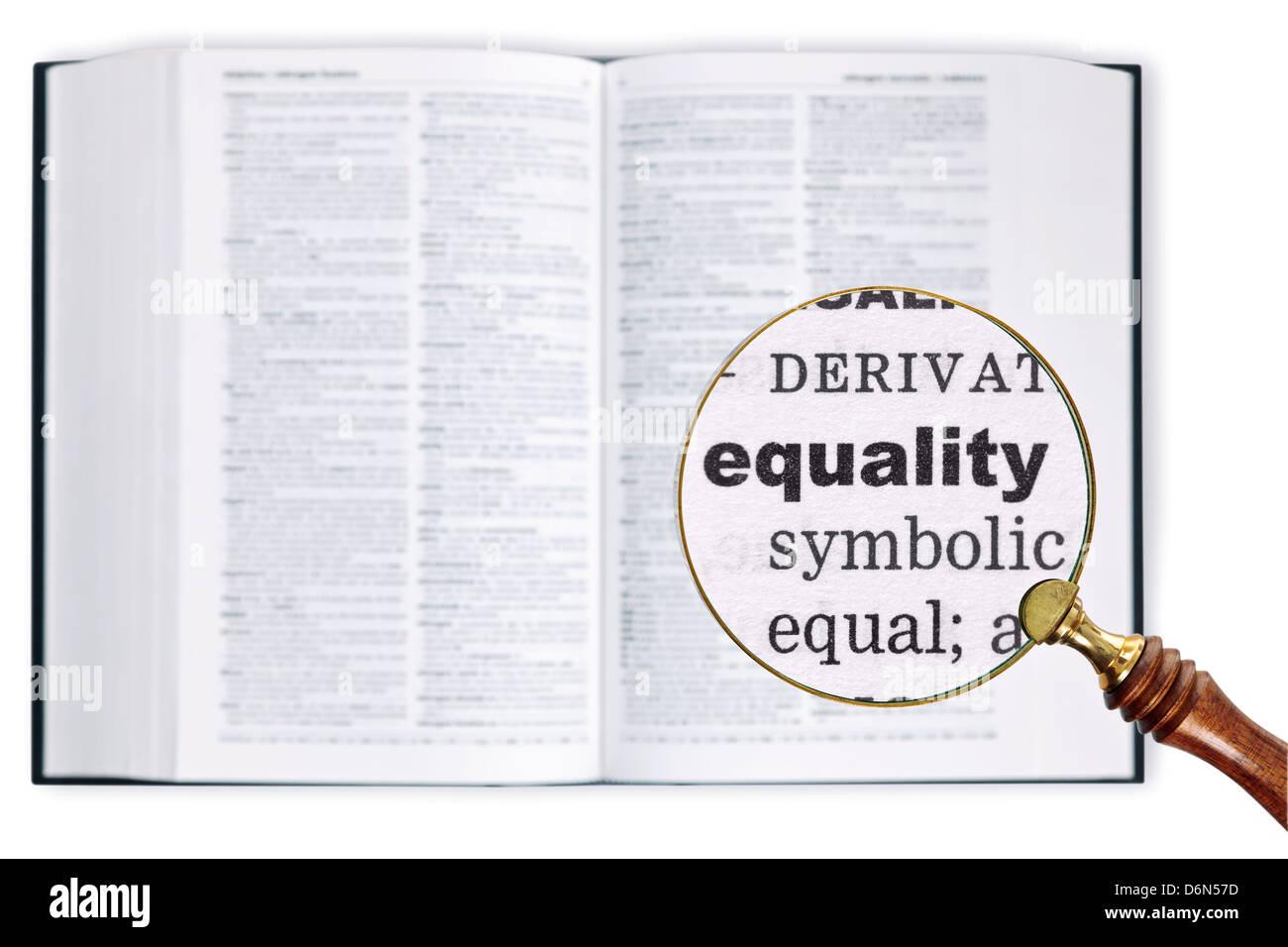 Vergrößert eine Lupe über ein Wörterbuch das Wort Gleichheit betrachten gehalten Stockbild