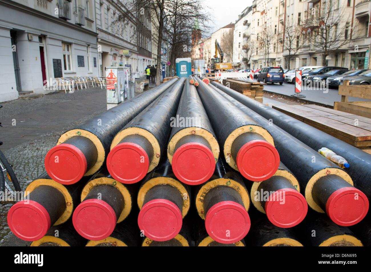 Berlin, Deutschland, auf einer Baustelle sind Fernwaermerohre auf Stargarderstrasse Stockbild