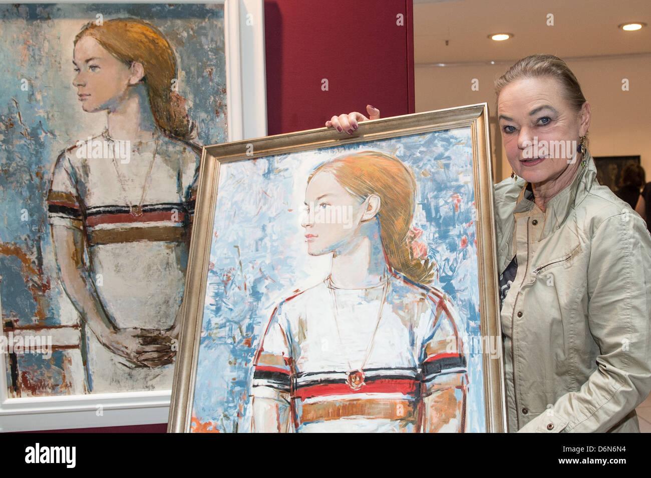 Berlin, Deutschland, die ehemalige Eiskunstläuferin Gabriele Seyfert mit einem protrait von Bert Heller gemalt Stockbild