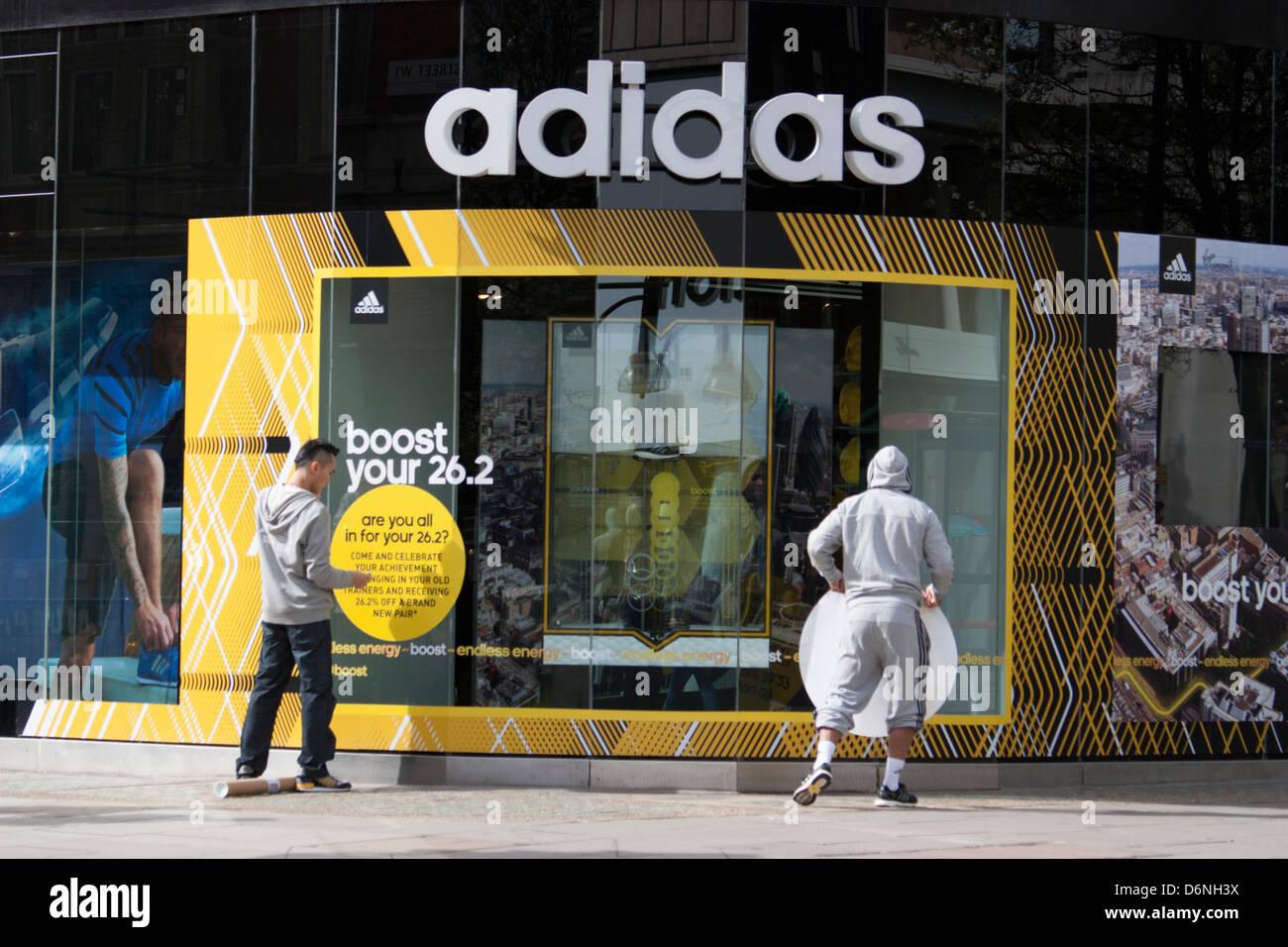 Adidas store Oxford Street London, Shop Arbeiter Pasten Logo