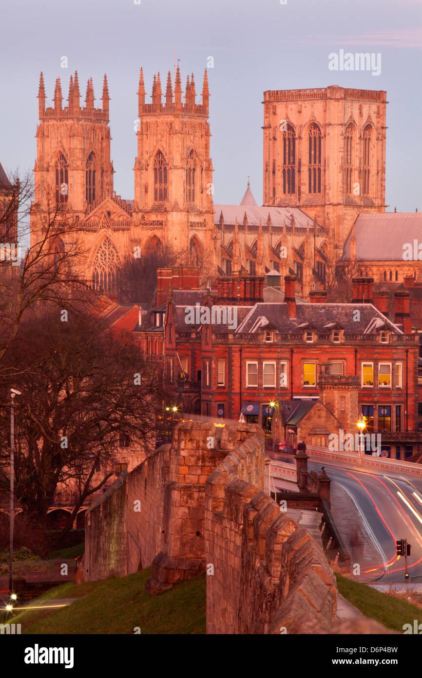 York Minster von der Stadtmauer in der Dämmerung, York, Yorkshire, England, Vereinigtes Königreich, Europa Stockbild