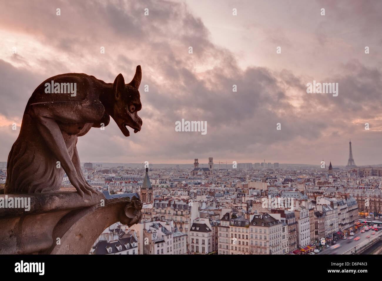 Ein Wasserspeier an der Kathedrale Notre Dame de Paris sieht über die Stadt, Paris, Frankreich, Europa Stockbild