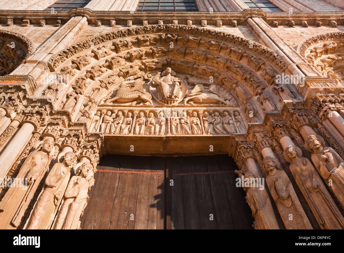 Das Tympanon auf der Westfassade der Kathedrale von Chartres, UNESCO-Weltkulturerbe, Chartres, Eure-et-Loir, Centre, Stockbild