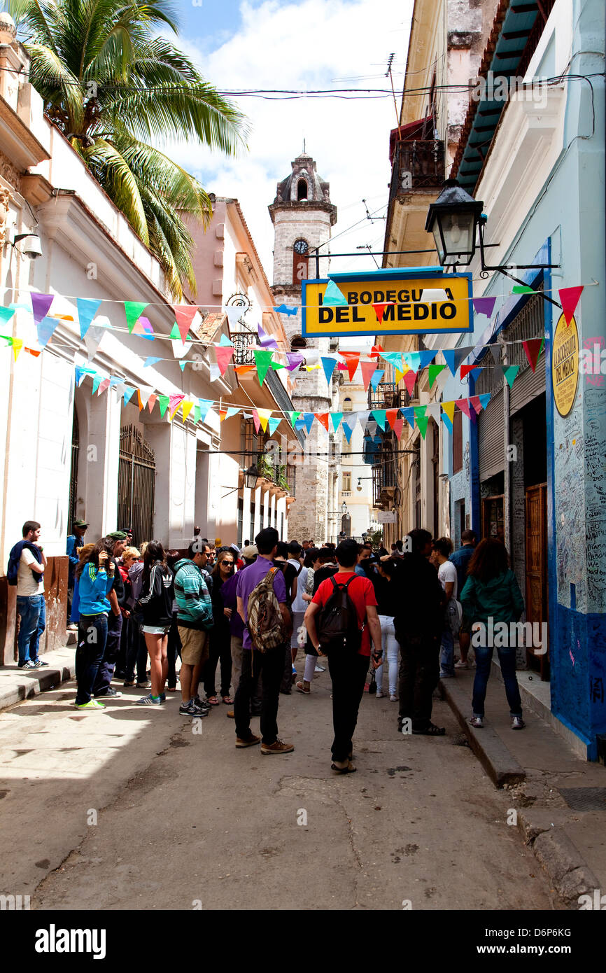 Havanna, La Habana, Kuba, Südamerika, Lateinamerika. Menschen und Touristen außerhalb La Bodeguita del Stockbild