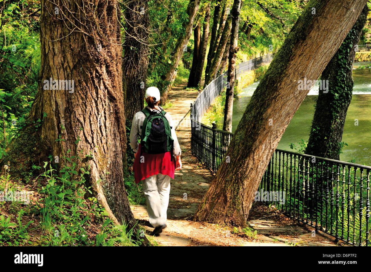 Spanien, Galicien: St. James Pilger zu Fuß entlang der Ufer des Rio Ouribio in Samos Stockfoto