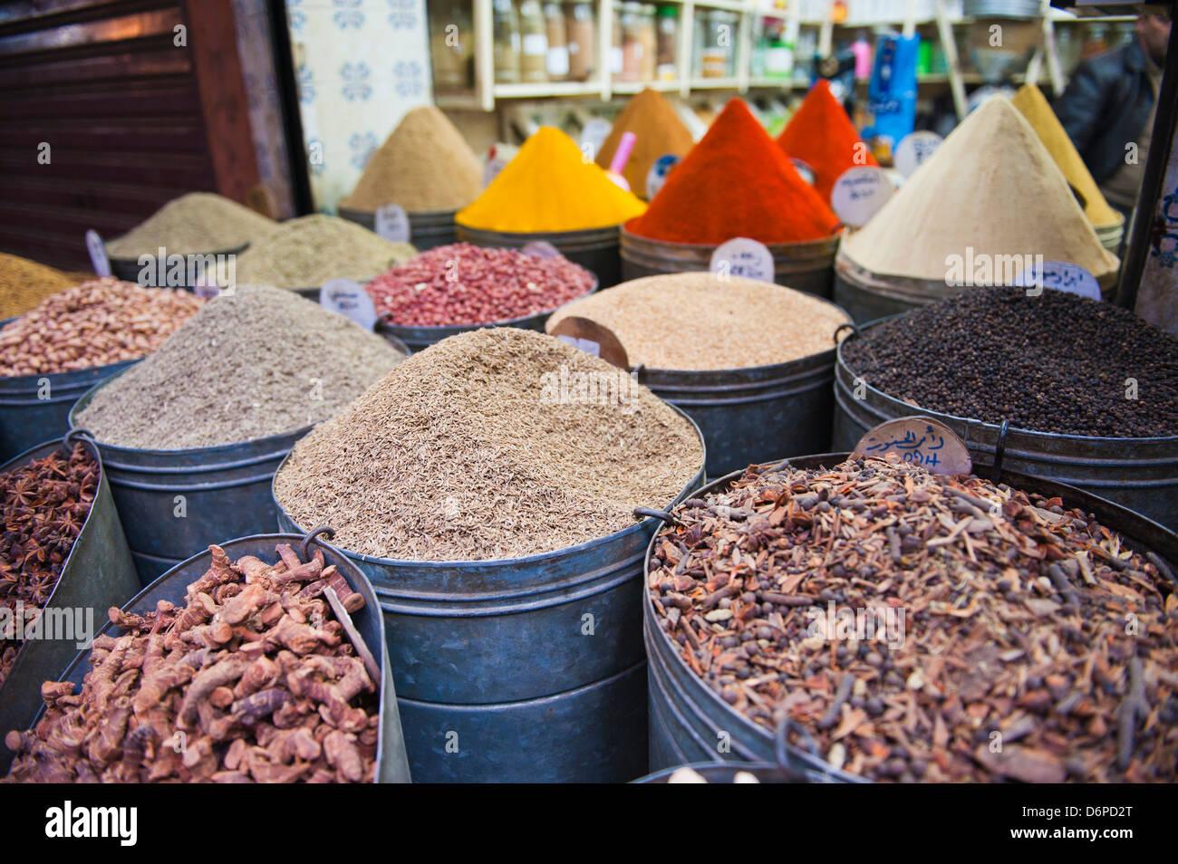 Bunte Gewürze zum Verkauf in den Souks von Marrakesch, Marokko, Nordafrika, Afrika Stockbild