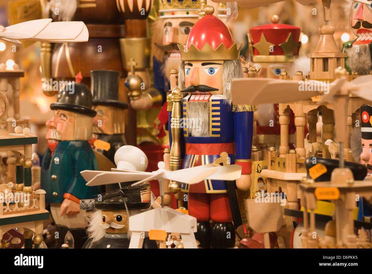 Hölzerne Weihnachtsschmuck zum Verkauf auf dem Dresdner Striezelmarkt Weihnachtsmarkt, Dresden, Sachsen, Deutschland, Stockbild