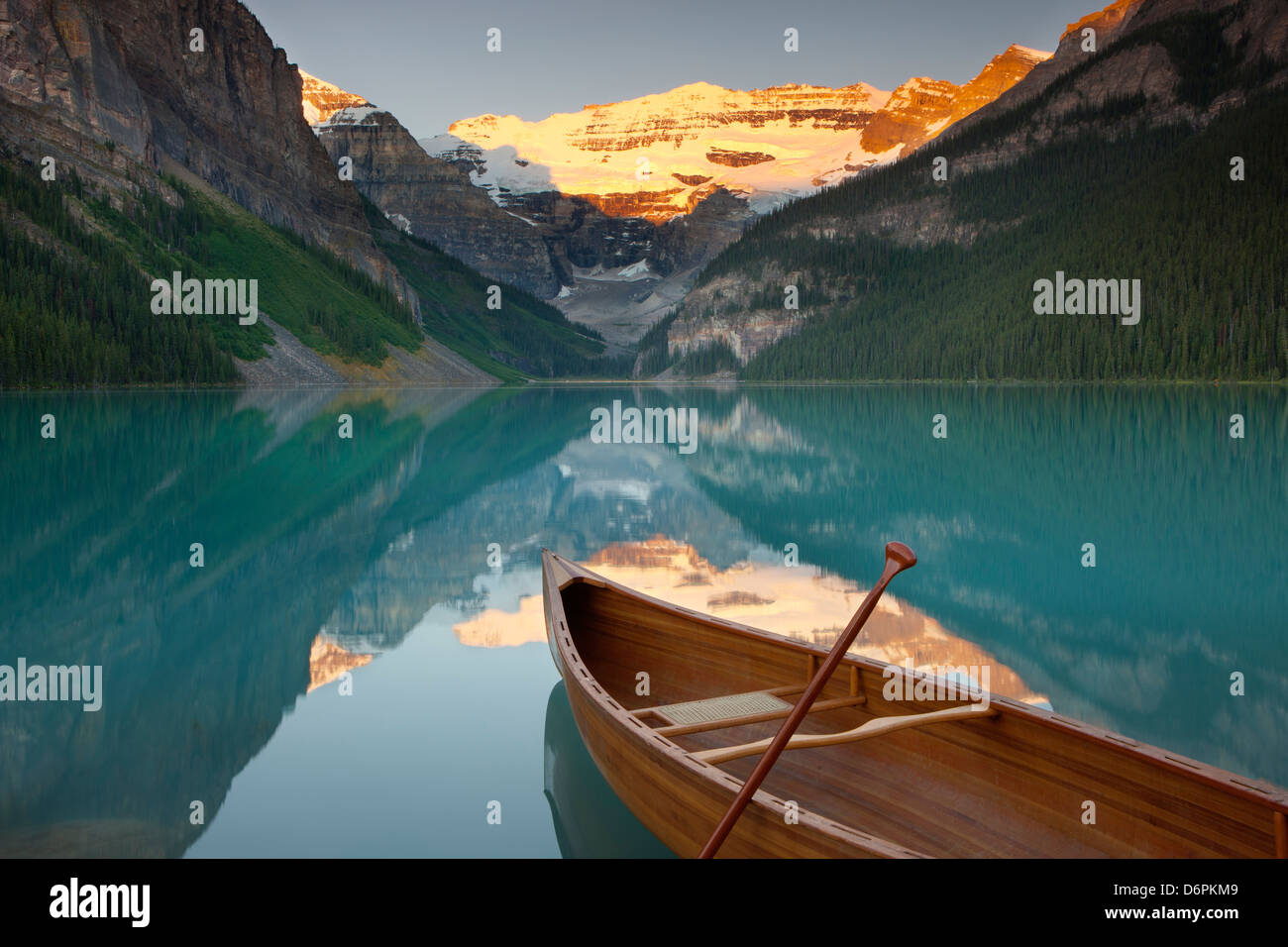 Kanu auf dem See Louise bei Sonnenaufgang, Banff National Park, UNESCO-Weltkulturerbe, Alberta, Rocky Mountains, Stockbild