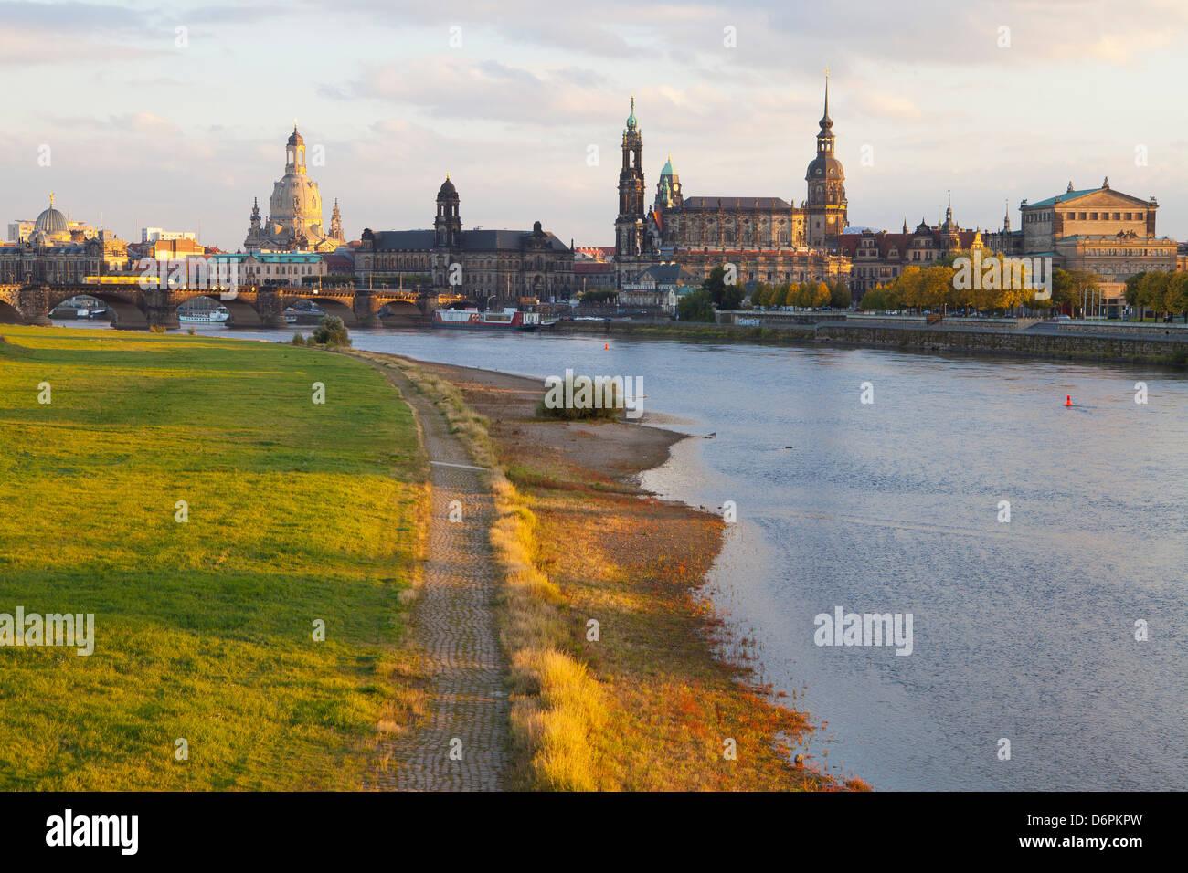 Historischen Zentrum von Dresden und die Elbe bei Sonnenuntergang, Sachsen, Deutschland, Europa Stockbild