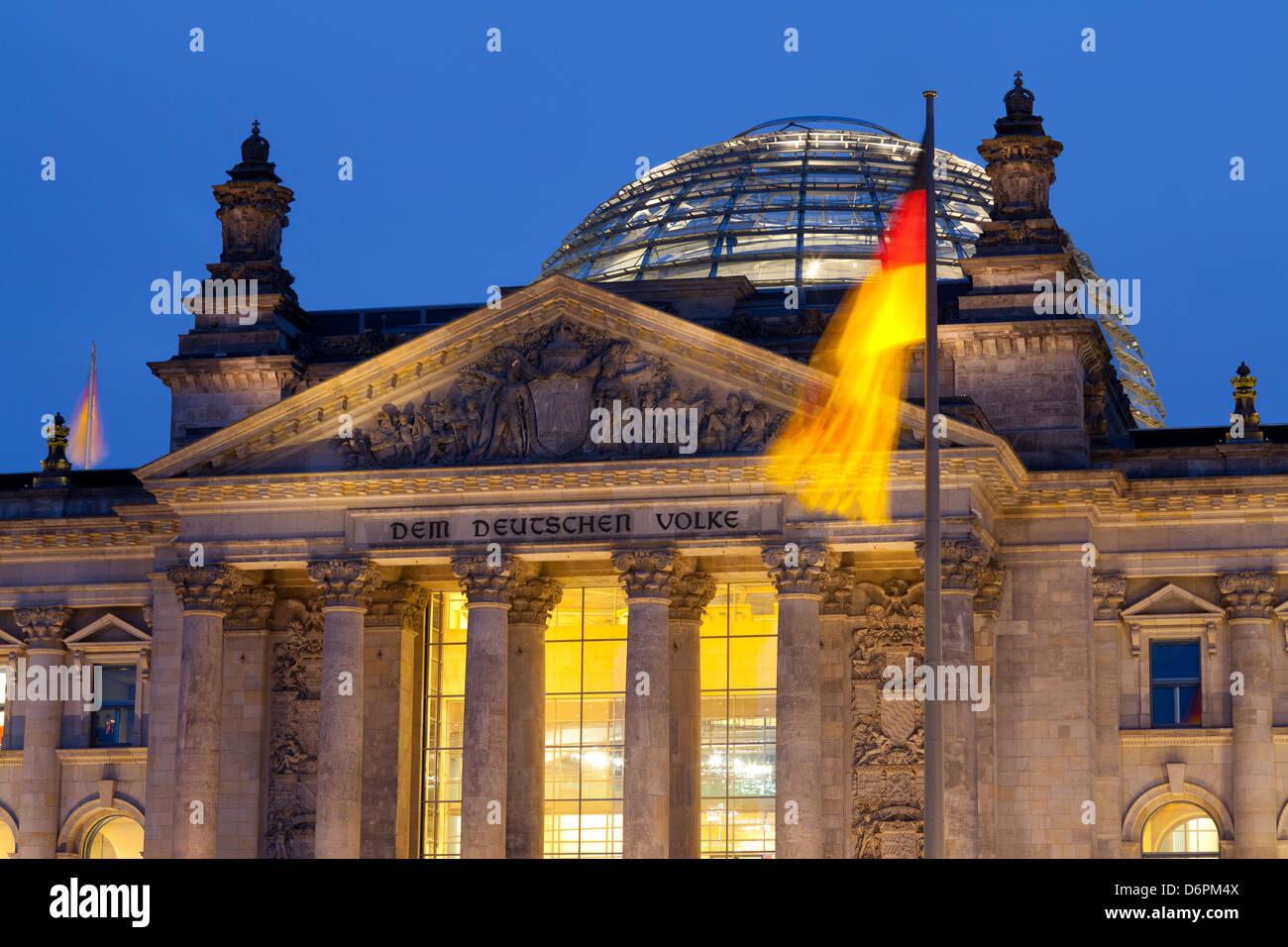 Nahaufnahme des Reichstags bei Nacht, Berlin, Deutschland, Europa Stockbild