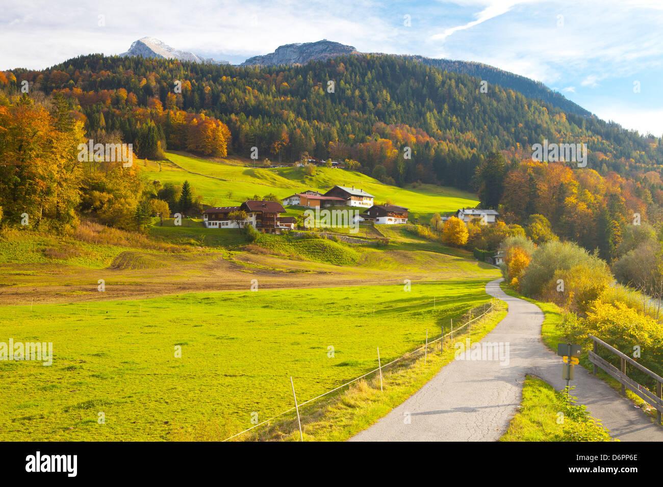 Radweg durch ländliche Berglandschaft im Herbst, in der Nähe von Berchtesgaden, Bayern, Deutschland, Europa Stockbild