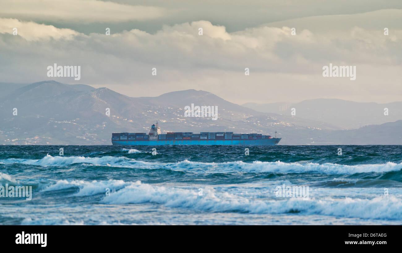 Schiff geht aber die Straße von Gibraltar. Stockbild