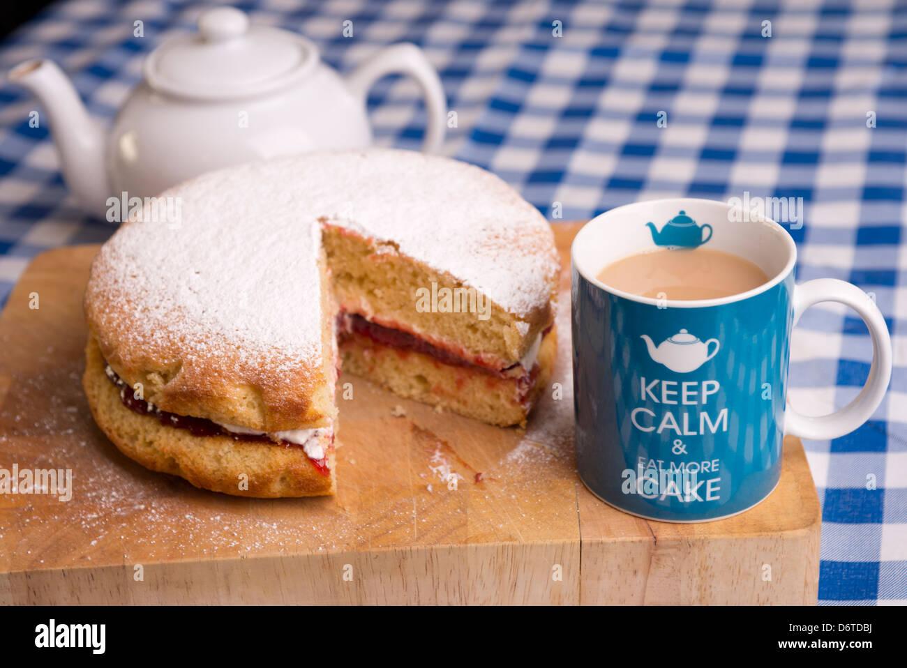Ruhe Bewahren Und Essen Mehr Kuchen Tasse Tee Und Victoria Biskuit