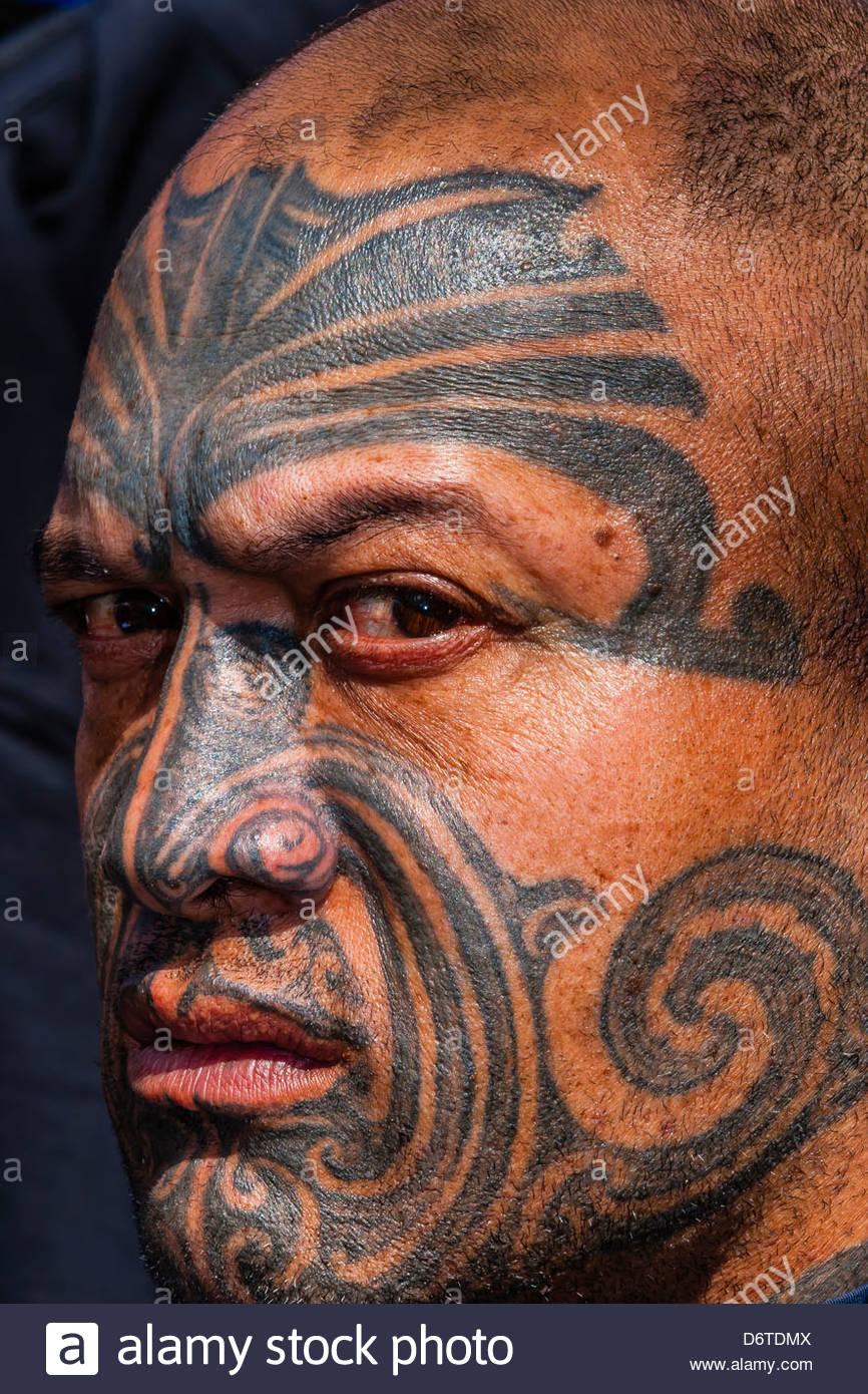 maori mann mit ta moko gesichts tattoo eigentlich sonntagsmarkt auckland neuseeland. Black Bedroom Furniture Sets. Home Design Ideas