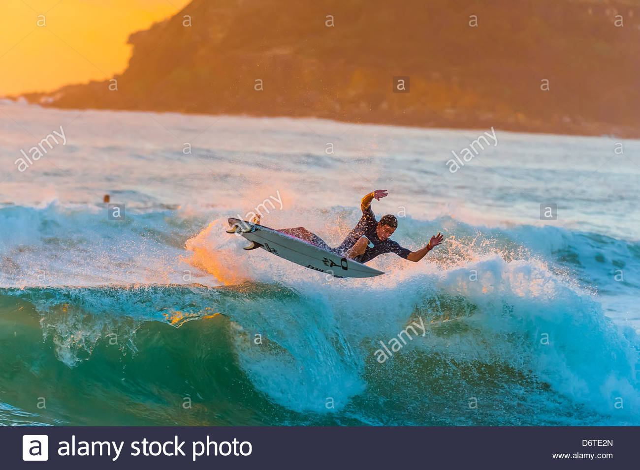 Surfen bei Sonnenaufgang, Manly Beach, Sydney, New South Wales, Australien Stockbild