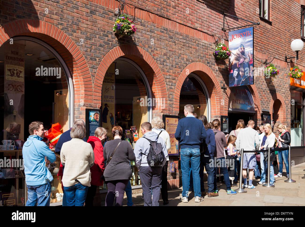 Touristen, die Warteschlangen am Eingang York Jorvik Viking Centre Coppergate City Center North Yorkshire England Stockbild