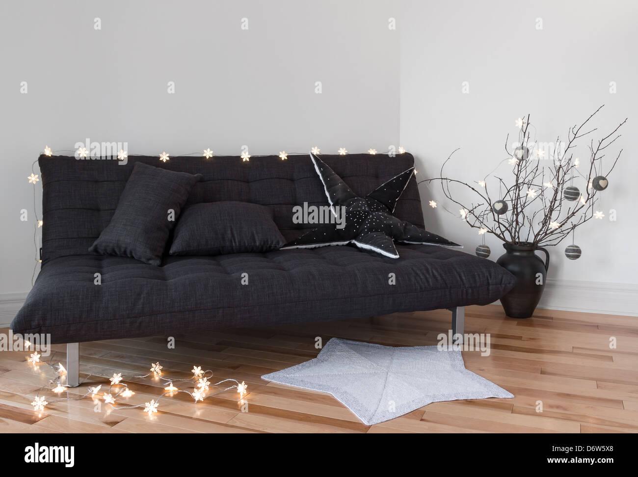 Gemutliches Licht Im Wohnzimmer Sofa Und Baum Zweige Dekorieren