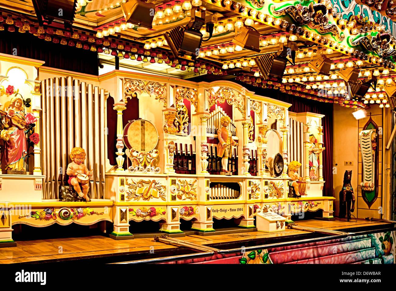 Orgel auf dem historischen Jahrmarkt in Deutschland Stockbild