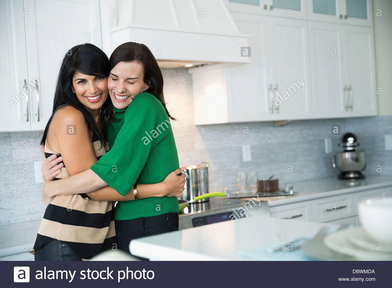 Porträt von umfassenden Freundin glücklich Reife Frau in Küche Stockbild